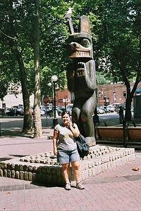 Taking pictures of Melani with statues/sculptures in the background!