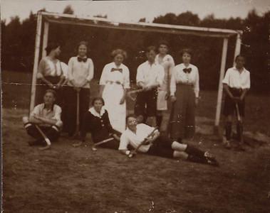 1916 Onderschrift: DMHC -Mixed 1916 Opmerking: eerste zittend vlnr: Frits Drijver, vierde staand van links Piet Peereboom    CollectieBakkerSchutkleinalbum  Fotograaf: onbekend   Formaat: 8 x 6,5  Afdruk zw