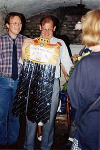 199406 Achterop: Peek Frean bezoek aan DHV juni 1994 Paul Nieuwenhuis overhandigt DHV-stropdassen aan Keith Long  Einde tekst.  CollectiePaulNieuwenhuis Fotograaf: onbekend Formaat: 10 x 15  Afdruk kleur
