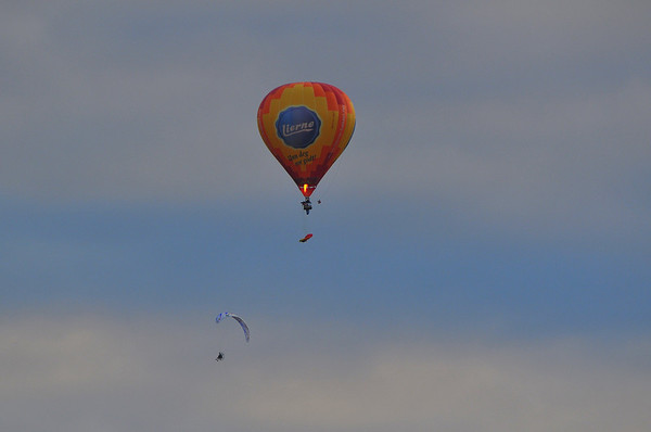 Ballong med fallskjermhoppere under. Fyren med den iriterande grasklypparmotoren på ryggen fylgde sjølvsagt med...ca. kl. 22.00