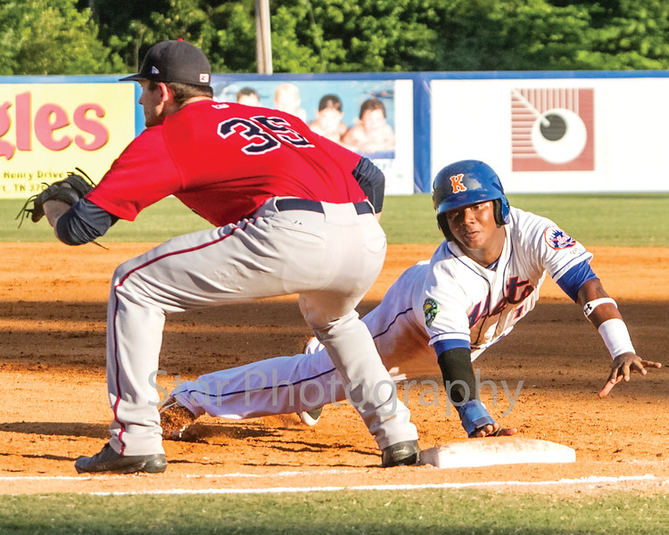 Star Photo/Larry N. Souders<br /> After walking with one out in the bottom of the third, Mets shortstop Oliver Pascual (1) dives back under the tag of Twins first baseman J.J. Robinson (35) and a pick off attempt by pitcher Edwar Colina.