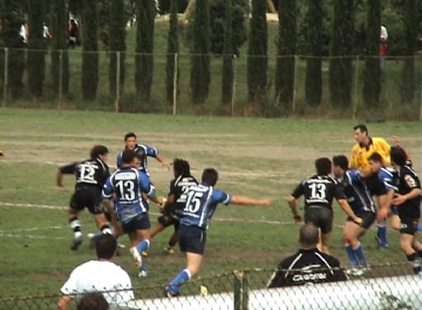 Fotogramma 1 - Moretto in attacco si prepara a passare il pallone, coperto parzialmente dal N.13 Beneventano si intravede un giocatore che sta per intervenire sul passaggio.<br /> Arbitro in buona posizione