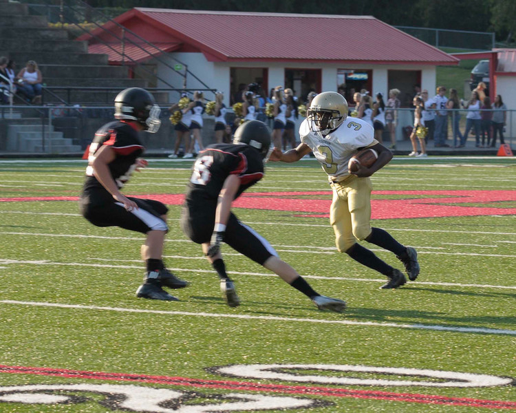 8-Galon Duncan attempts to tackle 3-Tyler Elwood