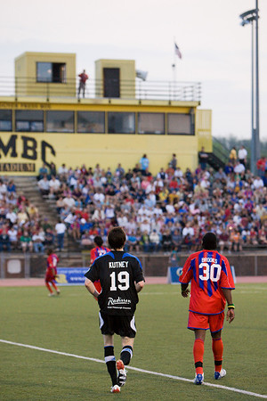 Gary Brooks and Jason Kutney face huge crowd at UMBC Stadium.