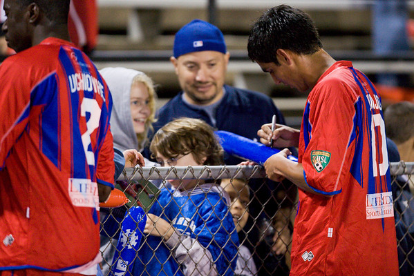 Harold Urquijo signs autographs for the fans.