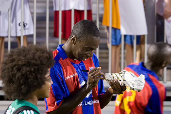 Alex Ughiovhe signs autographs for the ballboys.