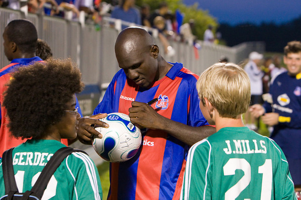 Ibrahim Kante signs autographs for the ballboys.