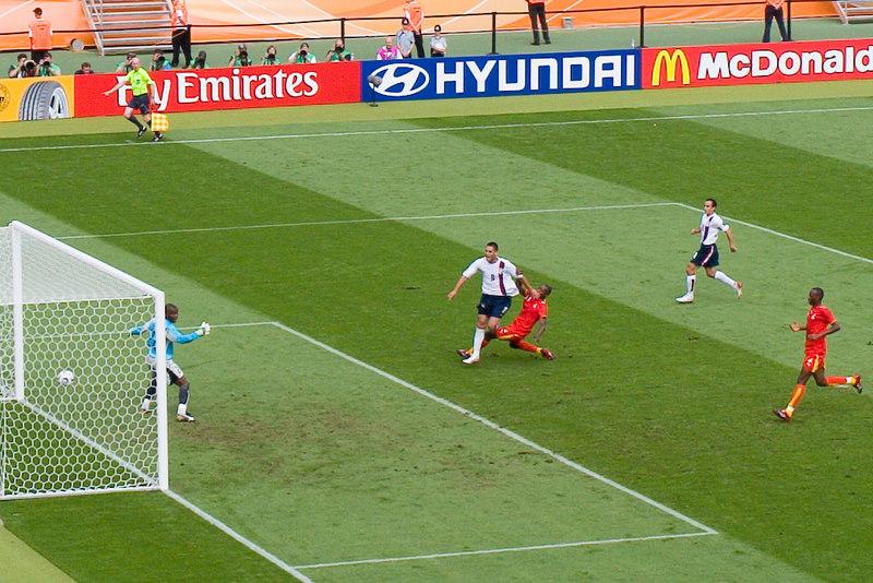 Clint Dempsey brings the USA level against Ghana in Nürnberg.
