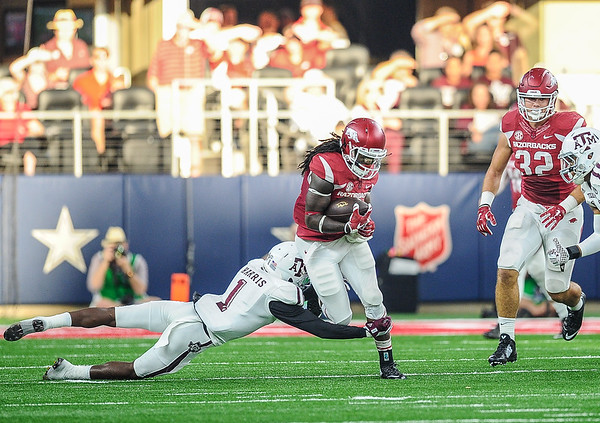 Alex Collins (3) carried for 151 rushing yards during the Southwest Classic game between the Arkansas Razorbacks and the Texas A&M Aggies at AT&T Stadium in Arlington, Texas.   (Alan Jamison, Nate Allen Sports Service)