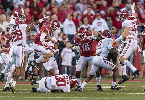 Alabama Crimson Tide linebacker Mack Wilson (30) recovers an Arkansas fumble during a football game between Arkansas and Alabama on Saturday, October 8, 2016.  (Alan Jamison, Nate Allen Sports Service)