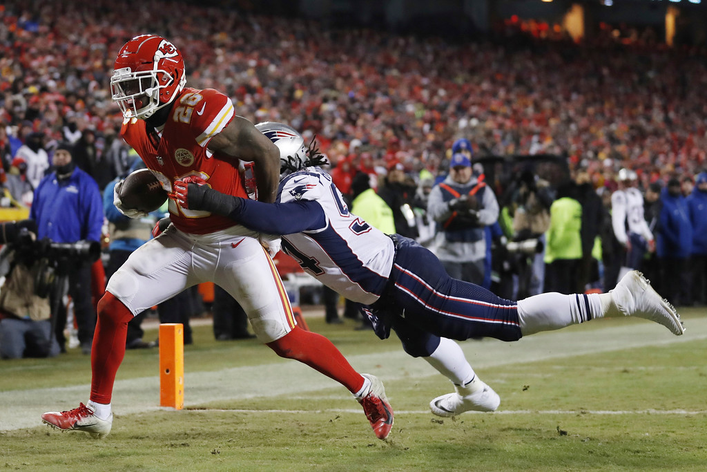 . Kansas City Chiefs running back Damien Williams (26) makes a touchdown reception against New England Patriots outside linebacker Dont\'a Hightower (54) during the second half of the AFC Championship NFL football game, Sunday, Jan. 20, 2019, in Kansas City, Mo. (AP Photo/Jeff Roberson)
