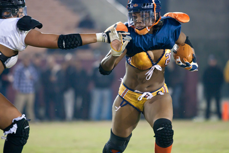 """Tasha """"The Tank"""" Pryor eludes outstretched arms of Los Angeles Temptation defender"""