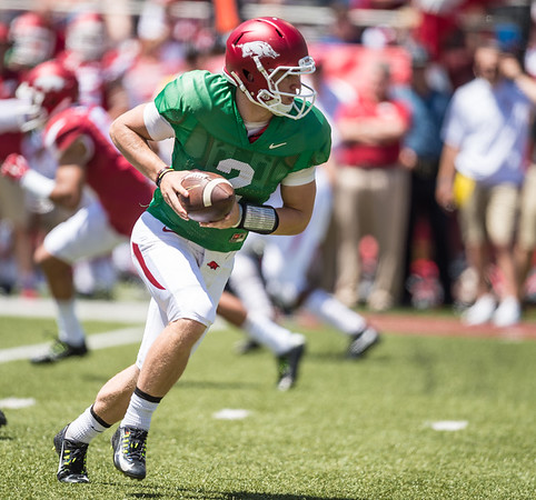 Rate Peavey prepares to hand off during the Arkansas Razorback Spring Football Game on 4/23/2016.   (Alan Jamison, Nate Allen Sports Service)