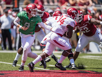 Austin Allen hands off to Denzell Evans during the Arkansas Razorback Spring Football Game on 4/23/2016.   (Alan Jamison, Nate Allen Sports Service)