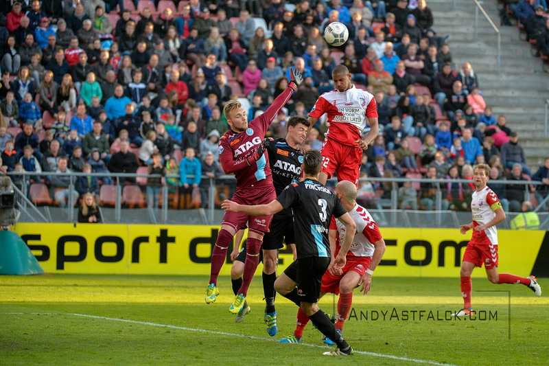 20-04-2016: Voetbal: FC Utrecht v De Graafschap: Utrecht  Sebastian Haller from Utrecht head the ball towards goal, with Robin Propper, Ted van de Pavert and Hidde Jurjus from de Graafschap  Copyright Orange Pictures / Andy Astfalck  Eredivisie seizoen 2015/2016 Utrecht - de Graafschap
