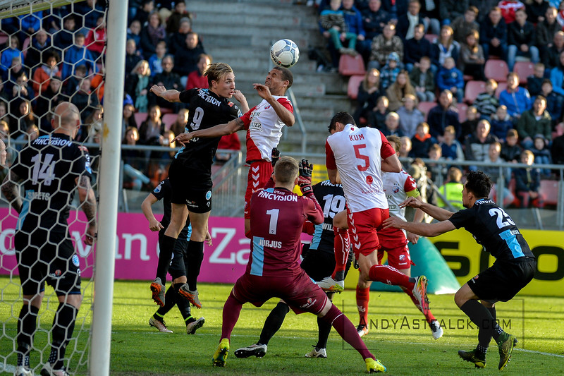 20-04-2016: Voetbal: FC Utrecht v De Graafschap: Utrecht  Ramon Leeuwin from Utrecht heads the ball towards goal  Copyright Orange Pictures / Andy Astfalck  Eredivisie seizoen 2015/2016 Utrecht - de Graafschap