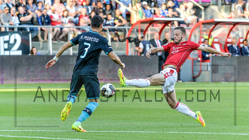 Hector Moreno from PSV (L) and Ramon Leeuwin from Utrecht during the Dutch Eredivisie Football match between FC Utrecht and PSV Eindhoven at Stadion Galgenwaard in Utrecht on August 6, 2016.
