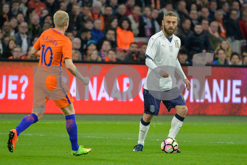 Netherlands  v Italy - International Friendly Daniele De Rossi from Italy and Davy Klaassen from the Netherlands during the friendly match between Netherlands and Italy on March 28, 2017 at the Amsterdam ArenA in Amsterdam, Netherlands.