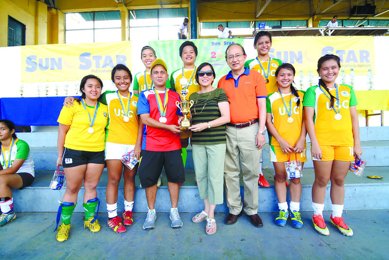 Members of the USC Girls 19 squad receive their trophy from Sun.Star Manila marketing president Joyce Dizon and Sun.Star Publishing director Francisco Dizon after winning the division in the 2nd Sun.Star Football Cup. (Allan Defensor)