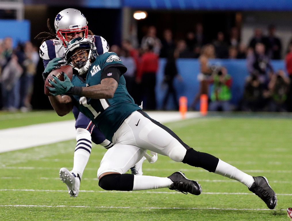 . Philadelphia Eagles wide receiver Alshon Jeffery (17) makes a catch against New England Patriots cornerback Stephon Gilmore (24), during the first half of the NFL Super Bowl 52 football game, Sunday, Feb. 4, 2018, in Minneapolis. (AP Photo/Tony Gutierrez)