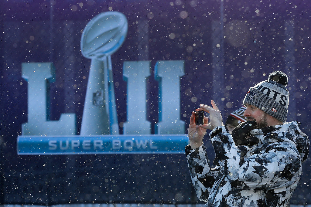 . Fans brave cold temperatures as they make their way to U.S. Bank Stadium for the NFL Super Bowl 52 football game between the Philadelphia Eagles and the New England Patriots Sunday, Feb. 4, 2018, in Minneapolis. (AP Photo/Eric Gay)