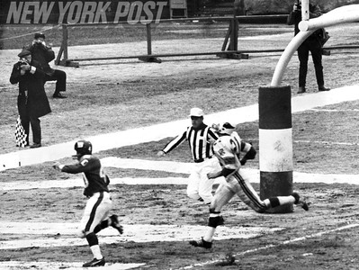 Homer Jones retrieves pass from Fran Tarkenton on one yard line with Roger Wehrli moving in. 1950