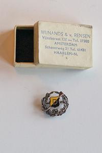 Speldje lidmaatschap van Verdienste (1964) of erelid (1973)  Jan Wessel van Groningen. Waarschijnlijk lid van verdienste. Vergelijk speldje Piet Stegeman.  Collectie Lucrees van Groningen