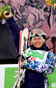 Référence : in09-dmow-01-0609 Theme  : FREESTYLE Style : PODUIM People : WOMEN Discipline : DUAL MOGULS Racer's name : ITO Miki Nationality : JPN Place : INAWASHIRO (JPN) 2009 Event : FIS WORLD CHAMPIONSHIPS Copyright : AGENCE ZOOM