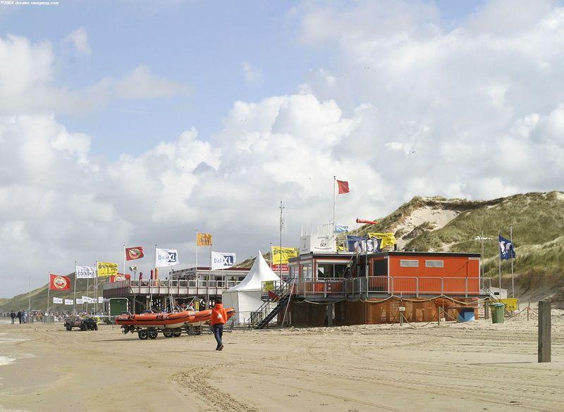 Strandtent, kantine en hoofdkwartier van Hargen aan Sail, met op de voorgrond de reddingsbrigade