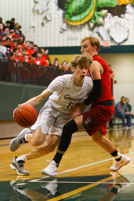 . David Turben - The News-Herald 2018 - Basketball - Ashtabula District - Edgewood vs Lake Catholic.  Lake Catholic defeated Edgewood 55-46.  Lake Catholic\'s Luke Frazier (5) drives to the paint past Edgewood\'s Aaron Adnerson (13).