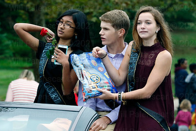 Freshmen Court give away candy during the parade