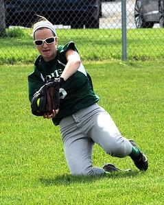 Cloverleaf's Shannon Mohney makes a running catch. STEVE MANHEIM/CHRONICLE