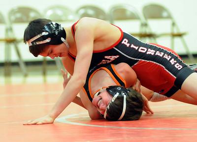 Elyria's Josh Breeding defeats Ashland's Clay Eagle in the 106-pound weight class. STEVE MANHEIM/CHRONICLE
