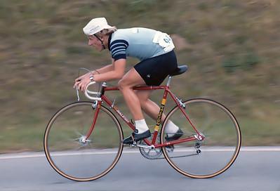 26.9.1981: Martin Pudelko (RSG Nürnberg) in voller Fahrt beim P&S Preis in Katzwang.  Der Juniorenfahrer fuhr hier sein erstes Rennen in der Amateurklasse und leistete wichtige Helferdienste für seinen Teamkollegen Andreas Lübeck, der das Rennen gewann und gleichzeitig auch sein letztes Rennen fuhr. Martin fuhr einen klassischen Raleigh Stahlrahmen und noch nicht das Hercules Teamrad.