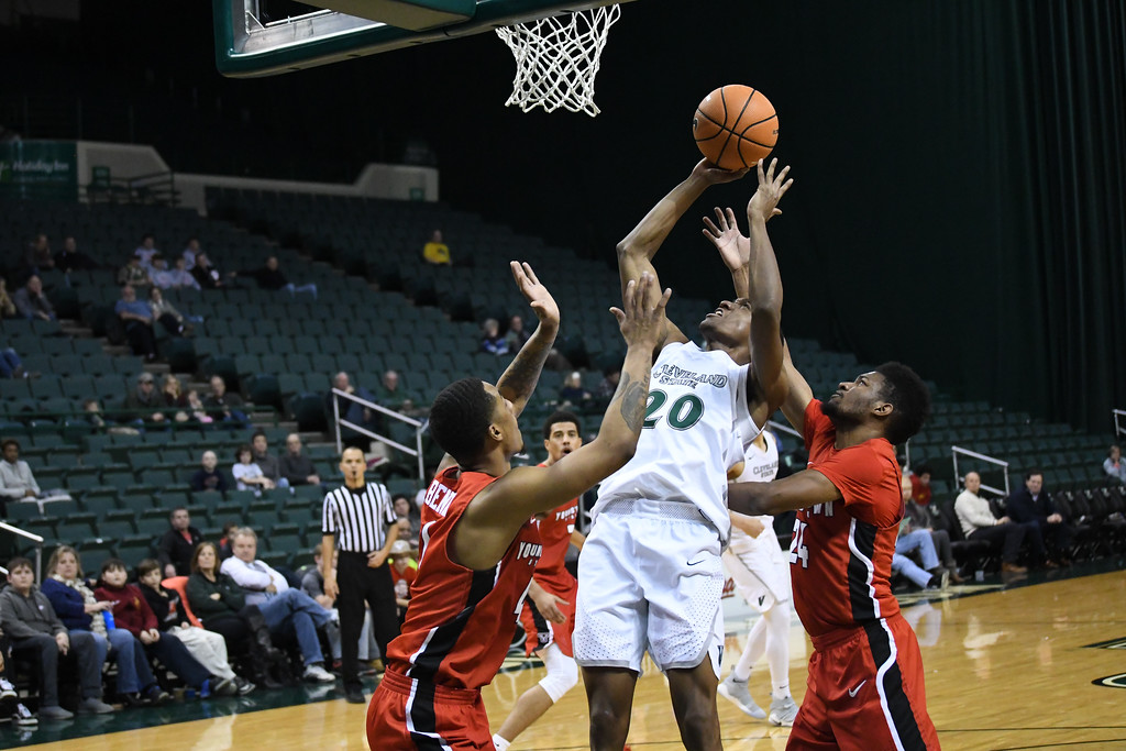 . Eric Bonzar�The Morning Journal<br> Cleveland State\'s Bobby Word splits the Youngstown State defense on his way to the rim, Jan. 1, 2018.