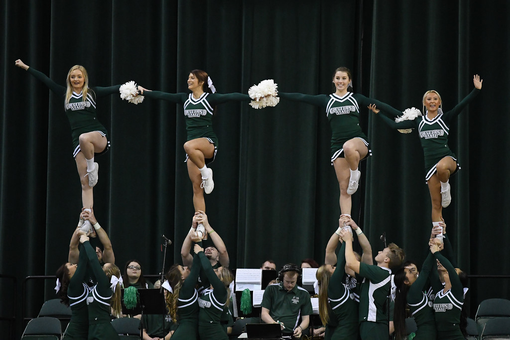 . Eric Bonzar�The Morning Journal<br> The Cleveland State Cheerleaders entertain the crowd, Jan. 1, 2018.