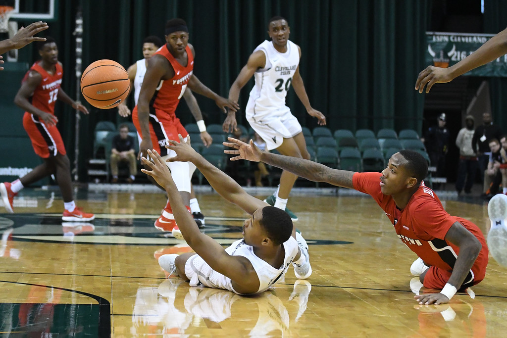 . Eric Bonzar�The Morning Journal<br> Youngstown State\'s Braun Hartfield and Cleveland State\'s Kasheem Thomas, reach out for a loose ball, Jan. 1, 2018.