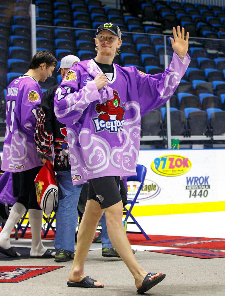 IMAGE: http://www.reicherstudios.com/Sports/HockeyPhotos/Hogs-vs-Griffins-03-30-14/i-gnpZH3g/0/X2/IMG_5939-X2.jpg