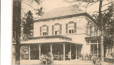 19110801 Opmerking: Hotel De Buitenkamp in Epse. Poststempel 1 augustus 1911. Dit hotel gebruikte de hockeyvereniging U.D.I (Uitspanning door Inspanning) als kleedlokaal, voor de rust en na de wedstrijd. Ernaast lag een smal hockeyveld.  U.D.I heeft bestaan van 1915 -1918. Behalve hockeyen deed deze vereniging aan toneel. Jaarlijks werd een uitvoering gegeven in De Schouwburg. Het was ook mogelijk niet te hockeyen, maar alleen aan toneel te doen. De contributie was dan lager.   Foto ontvangen De Elf Marken, Historische Vereniging Gorssel