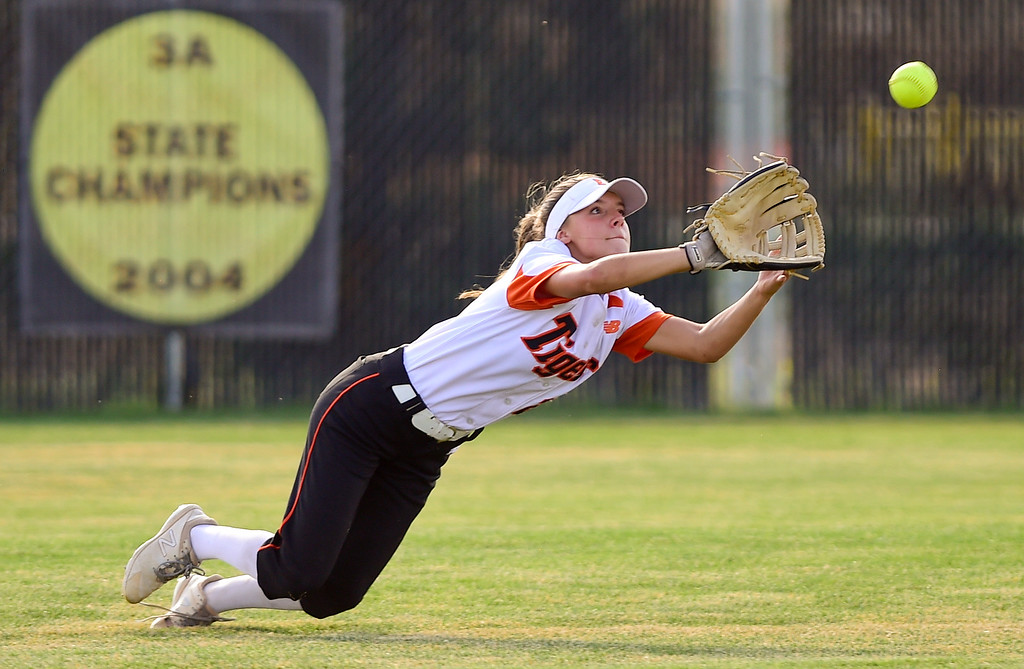 . ERIE, CO - SEPTEMBER 18:Erie High School\'s Emma Osborne (No. 22) makes a diving catch for an out against Holy Family High School in Erie on Sept. 18, 2018. Erie defeated Holy Family, 11-9. (Photo by Matthew Jonas/Staff Photographer)