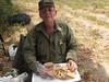 Paco preparando el suculento almuerzo, con la escopeta al lado por si alguna paloma se atrevía a pasar cerca...