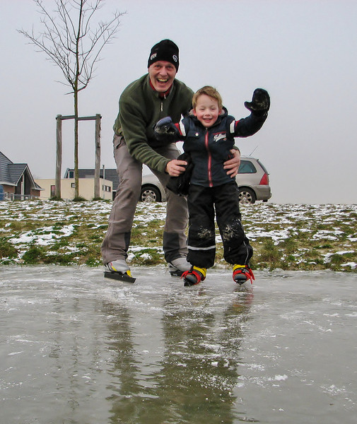 Stijn and Marijn are ice skating at Sonnius park