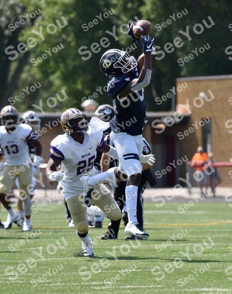 -Messenger photo by Britt Kudla<br /> Kevaughn Dingle of Iowa Central catches a pass against Butler on Saturday