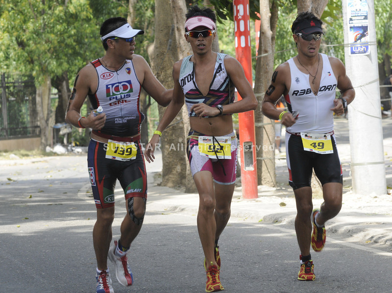 Matteo Guidicelli (right) running with two others during the Cobra Energy Drink Ironman 70.3 Philippines held in Cebu. (Sun.Star Photo/Allan Cuizon)