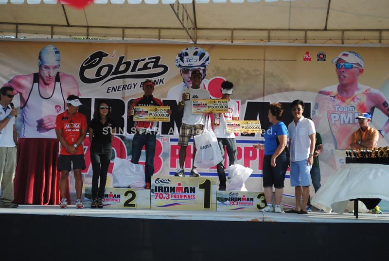 CEBU. The winners in the Filipino Elite men receive their awards.