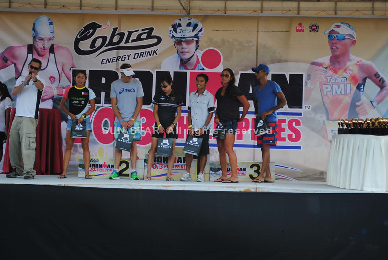 CEBU. Oakley Run special awardees Michelle Wu, Pete Jacobs, Monica Torres and Philip Duenas receive their awards. Also in the stage are Cristina Jackson and Asad Attamimi.