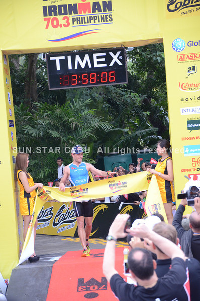 Courtney Atkinson from Australia crosses the finish line. (Iste Sesante-Leopoldo/Sun.Star Cebu)