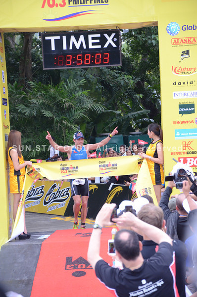 Courtney Atkinson from Australia crosses the finish line. (Iste Sesante-Leopoldo/Sun.Star Cebu)