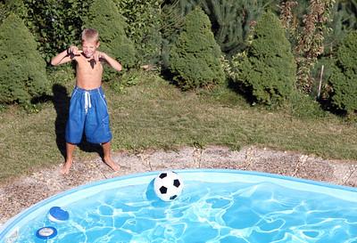 Jonik and girls in the pool.