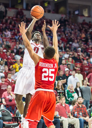 Arkansas Razorbacks guard Jaylen Barford (0) shoots over Houston Cougars guard Galen Robinson Jr. (25)  during a basketball game between Arkansas and Houston on Tuesday, December 6, 2016.  (Alan Jamison, Nate Allen Sports Service)
